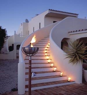 Illuminazione naturale in giardino candele fiaccole - Candele per esterno ...