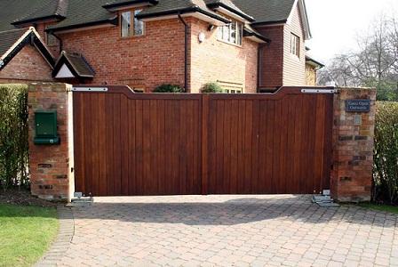 Cancello in legno pedonale carrabile e scorrevole for Diversi tipi di case da costruire