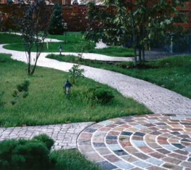 Pavimentazione da giardino. Indispensabili per muoversi agevolmente all'interno del proprio cortile, per segnalare le vie preferenziali ma anche come semplice motivo di arredo e valorizzazione