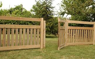 Recinzione del giardino realizzare steccato in legno guida for Recinto cani fai da te