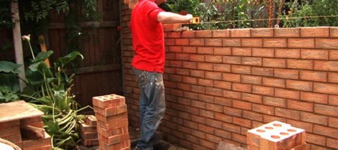 Come costruire una parete di mattoni