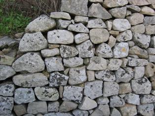 Come Costruire Un Muro Di Pietra.Muretti A Secco Come Costruirli Modalita Tipi Di Pietre Attrezzi